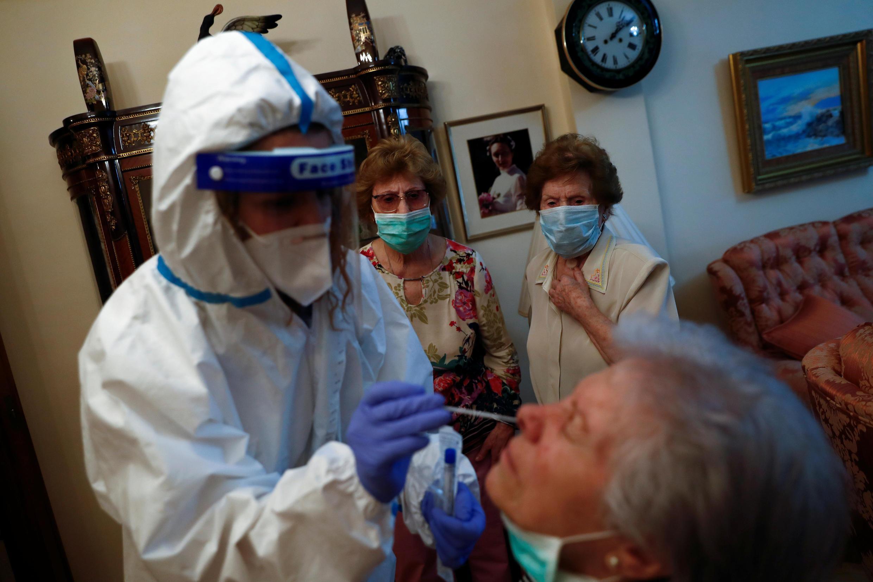 Enquanto alguns países aplicaram testes em massa, na França apenas os pacientes hospitalizados eram testados no início da pandemia.