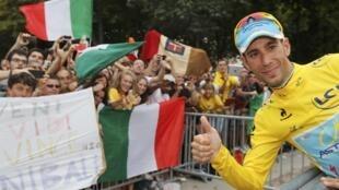 Le grand vainqueur du Tour de France Vincenzo Nibali joue avec l'objectif du photographe avec la complicité de son public, le 27 juillet 2014.