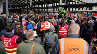 Des salariés de la SNCF à la gare Lille Flandres, au premier jour d'une grève au long cours contre la réforme de la SNCF, le 3 avril 2018.