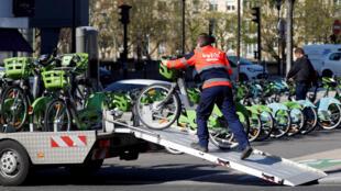 Un employé de Smovengo embarque un Vélib' à une station à Paris, le 6 avril 2018.