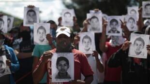 Estudantes mexicanos protestam contra o desaparecimento de colegas em Guerrero, em 7 de outubro de 2014.