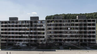 Un bâtiment délabré du ghetto rom Lunik IX près de Kosice. Aujourd'hui, 99 % des habitants sont roms et vivent dans des conditions précaires, sans eau courante en permanence ni chauffage. Kosice, Slovaquie, 2015.