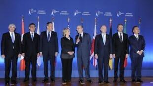 Ngoại trưởng Pháp Alain Juppé (giữa) và các Bộ trưởng Ngoại giao G8 tại Paris ngày 15/3/2011.
