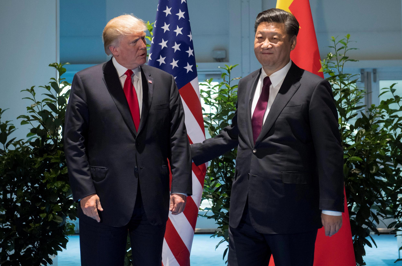 Rais wa Marekani Donald Trumpna mwenzake wa China  Xi Jinping (kulia) wakutana kando ya mkutano wa nchi zilizostawi kiuchumi G20 huko Hamburg, Ujerumani, Julai 8, 2017.