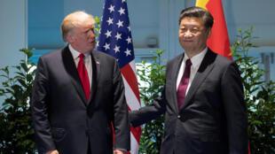 Rais wa Marekani Donald Trump na kiongozi wa China Xi Jinping (kulia) wakikutana kando ya mkutano wa nchi zilizostawi kiuchumi (G20) Hamburg, Ujerumani, Julai 8, 2017.
