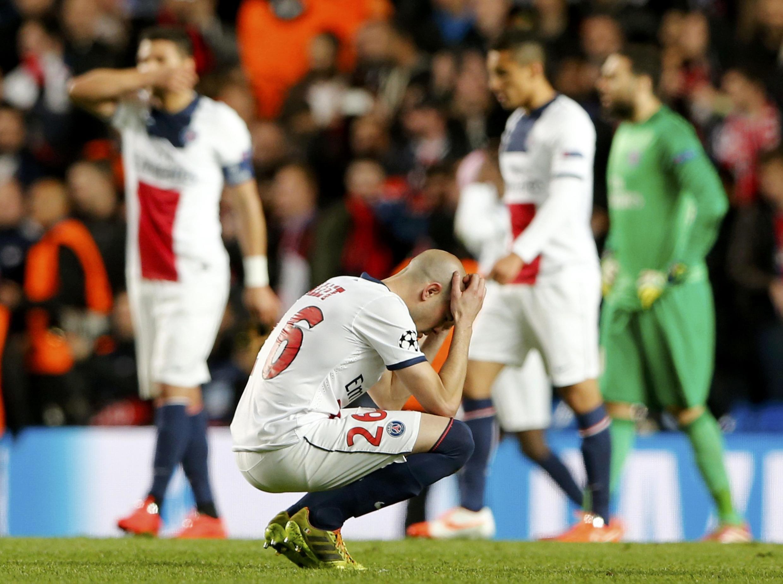 A decepção do lateral-direito, Christophe Jallet, após derrota do PSG para o Chelsea por 2 a 0 nesta terça-feira,(8) em Stamford Bridge, na Inglaterra.