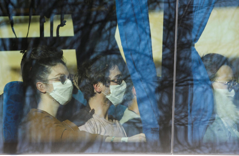 Franceses que chegaram em voo de Wuhan foram levados para um centro de confinamento no sul da França nesta sexta-feira (31).