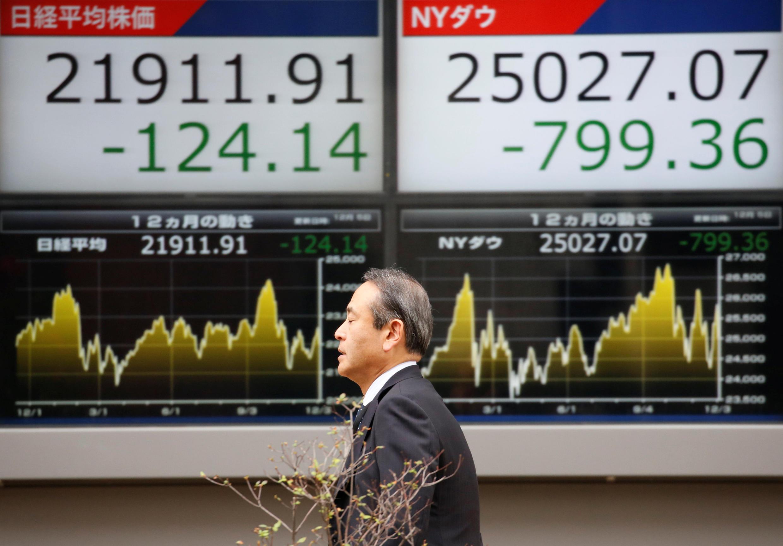A bolsa de Valores de Tóquio (foto), assim como as principais praças mundiais, tem registrado perdas.