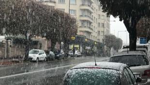 As primeiras neves do inverno já chegaram nesta segunda-feira aqui na capital francesa.  Foto Montreuil, suburbio de Paris.