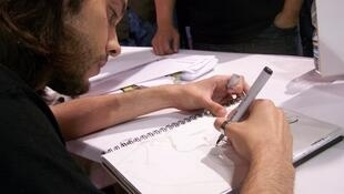 O desenhista Renato Guedes em ação.