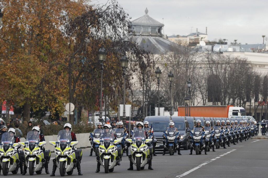 مراسم ادای احترام ۱۳ سرباز فرانسوی کشته شده در کشور آفریقایی مالی در پاریس با حضور امانوئل ماکرون رئیس جمهوری فرانسه و ابراهیم ابوبکر کیتا همتای مالیایی وی آغاز شد.