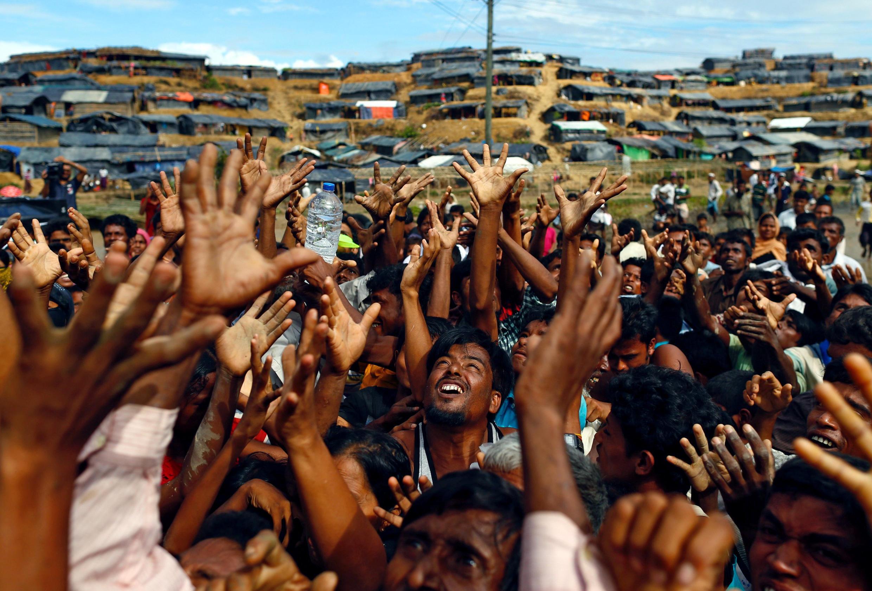 Wakimbizi wa jamii ya Rohingya wakiweka mikono yao juu wakiomba msaada unaotolewa na mashirika mbalimbali nchini Myanmar katika kambi ya Cox's Bazar ya Cox, Bangladesh, tarehe 14 Septemba 2017.