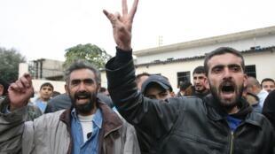 Des réfugiés syriens au Nord-Liban crient déjà victoire en apprenant la décision de la Ligue arabe, le 12 novembre 2012.