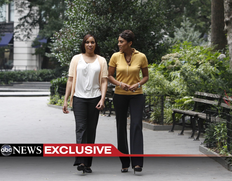 Nafissatou Diallo (izquierda) camina junto a una periodista de ABC, que difunde este lunes una entrevista con la guineana. Nueva York, el 24/07/2011..