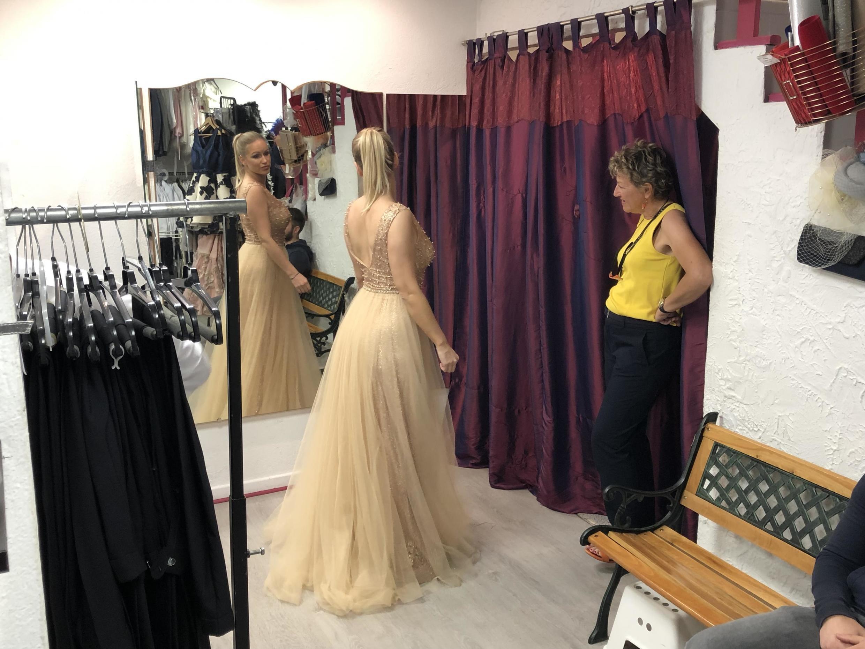 Cliente escolhe vestido de aluguel poucas horas antes de subir as escadarias do Festival de Cannes