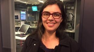 A poeta mineira Ana Elisa Ribeiro nos estúdios da RFI em Paris.
