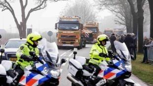 Обломки МН17 доставлены на Нидерландскую авиабазу в Гильзе-Риен 09/12/2014