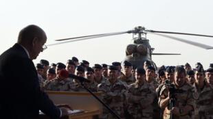 Jean-Yves Le Drian s'adresse aux soldats français de l'opération Barkhane, le 2 janvier, au camp militaire basé au nord de la ville malienne de Gao.