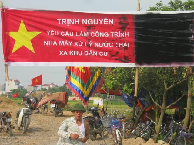 Dân cư khu Trịnh Nguyễn - Từ Sơn phản đối việc chính quyền địa phương trưng thu đất làm nhà máy nước thải gần khu dân cư, trung tuần tháng 6/2013. Ảnh blogger Nguyễn Xuân Diện