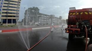 Des pompiers commencent les opérations de désinfection dans le quartier de la Gombe, à Kinshasa, le 12 avril 2020 (image d'illustration).
