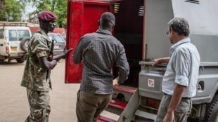 Un ancien soldat sud-africain William Endley, quitte le palais de justice de Juba à Juba, au Soudan du Sud, le 23 février 2018 après son procès où il fut condamné à mort.