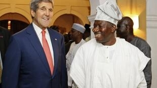 John Kerry, secretário de Estado norte-americano e Goodluck Jonathan, presidente da Nigéria. 25/01/15