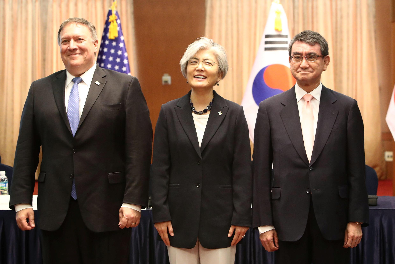 Ngoại trưởng Mỹ Mike Pompeo cùng với đồng nhiệm Hàn Quốc Kang Kyung Wha và Nhật Bản Taro Kono tại bộ Ngoại Giao Hàn Quốc ở Seoul (Hàn Quốc), ngày 14/06/2018.