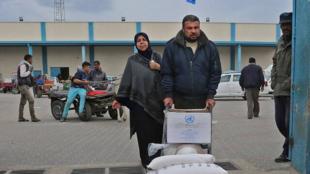 Un Palestinien récupérant un colis humanitaire à Gaza, le 20 décembre 2018. (Illustration)