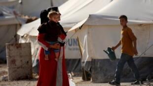 Dans le camp de réfugiés de Aïn Issa, en Syrie, des dizaines d'enfants de type européen, asiatique ou maghrébin dont le père et/ou la mère sont venus faire le jihad et auraient perdu la vie ou sont retenus dans les prisons.