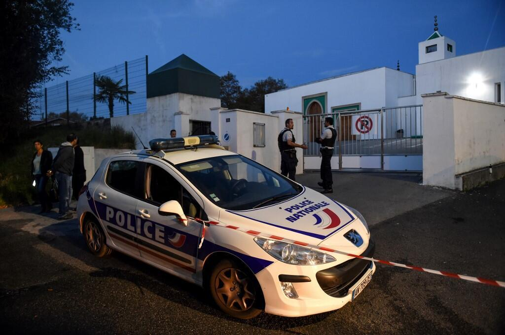 Police car in front of the Bayonne mosque, targeted by an attack on 28 October 2019.