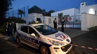 Agentes da polícia diante da mesquita de Baiona, alvo de ataque no dia 28 de Outubro. 29 de Outubro de 2019