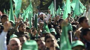 Des partisans du Hamas célèbrent le 23e anniversaire du mouvement dans les rues de Gaza, le 14 décembre 2010.