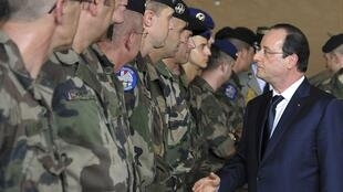 François Hollande meets French troops at Mpoko military base in the CAR capital, Bangui