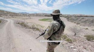 Image d'archive (存档图片): Nouveau-Mexique: milicien des UCP, United Constitutionnel Patriots, en patrouille à la frontière mexicaine (capture d'écran d'une vidéo sur le site USA Today: reportage de Mark R Lambie, El Paso Times)