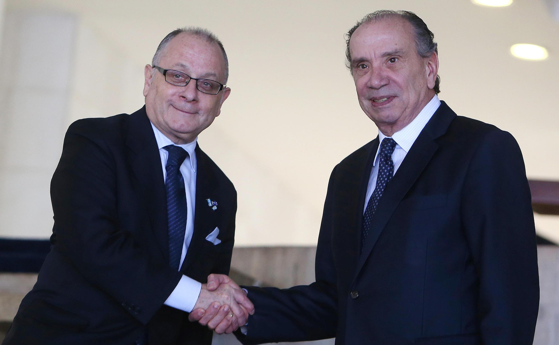 O chanceler argentino (esq.) Faurie e seu homólogo brasileiro, Aloysio Nunes (dir.), durante encontro em Brasília em 14 de julho de 2017.