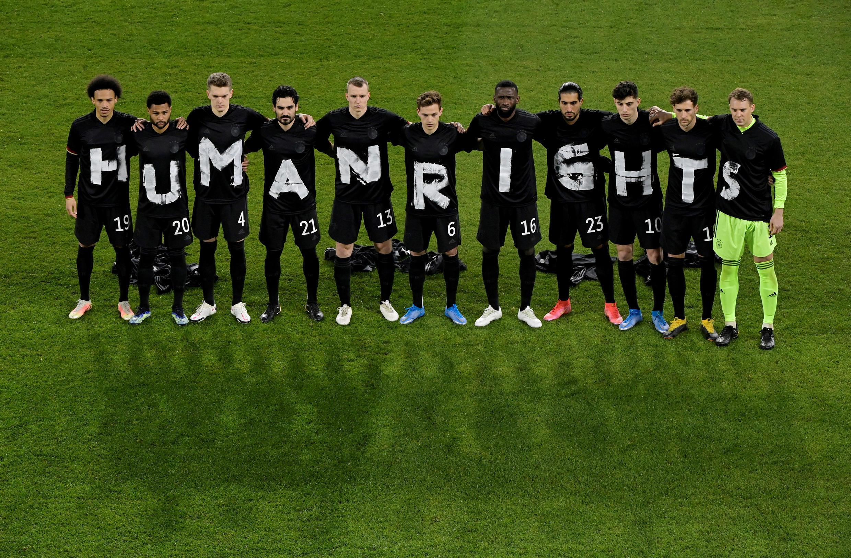 德国男足周四身着印有人权字样的黑衣合影