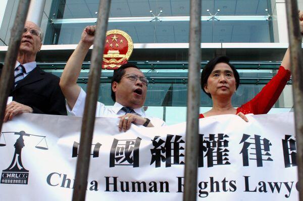 中国维权律师关注组认为,当局新一波对维权人士打压波及全国 222人遭压制
