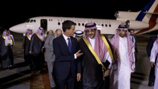 Manuel Valls est accueilli par le ministre de l'Intérieur saoudien à son arrivée à Riyad, le 12 octobre 2015.
