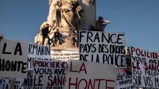 Cartazes a denunciar projecto de lei sobre segurança global em França, nomeadamente o artigo 24.