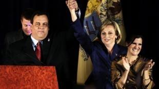 Le gouverneur du New Jersey, Chris Christie, a fêté sa victoire avec sa femme et sa colistière Kim Guadagno au siège des républicains à Parsippany, le 3 novembre 2009.