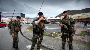 Des soldats hollandais dans la partie néerlandaise de l'île de Saint-Martin, frappée par l'ouragan Irma, le 7 septembre 2017.