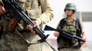 Des soldats turcs au niveau d'un check-point sur la route principale reliant Mardin et Cizre, le 9 septembre 2015.