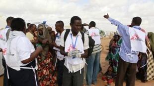 Wafanyakazi wa shirika la MSF wanaelekeza wakimbizi kutoka Somalia kwenda kwenye kambi ya wakimbizi ya Dadaab mashariki mwa Kenya Agosti 1, 2011.