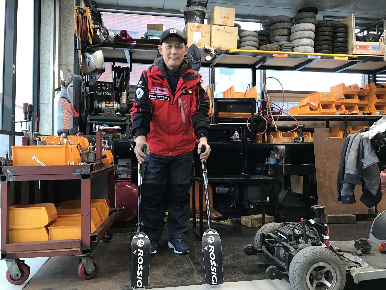 Yoo In-sik est le premier athlète sud-coréen à avoir participé aux Paralympiques d'hiver (Albertville, 1992). Dans son atelier de réparation mécanique à Séoul, il montre les stabilisateurs à patin qu'il s'est fabriqués lui-même pour dévaler les pentes.