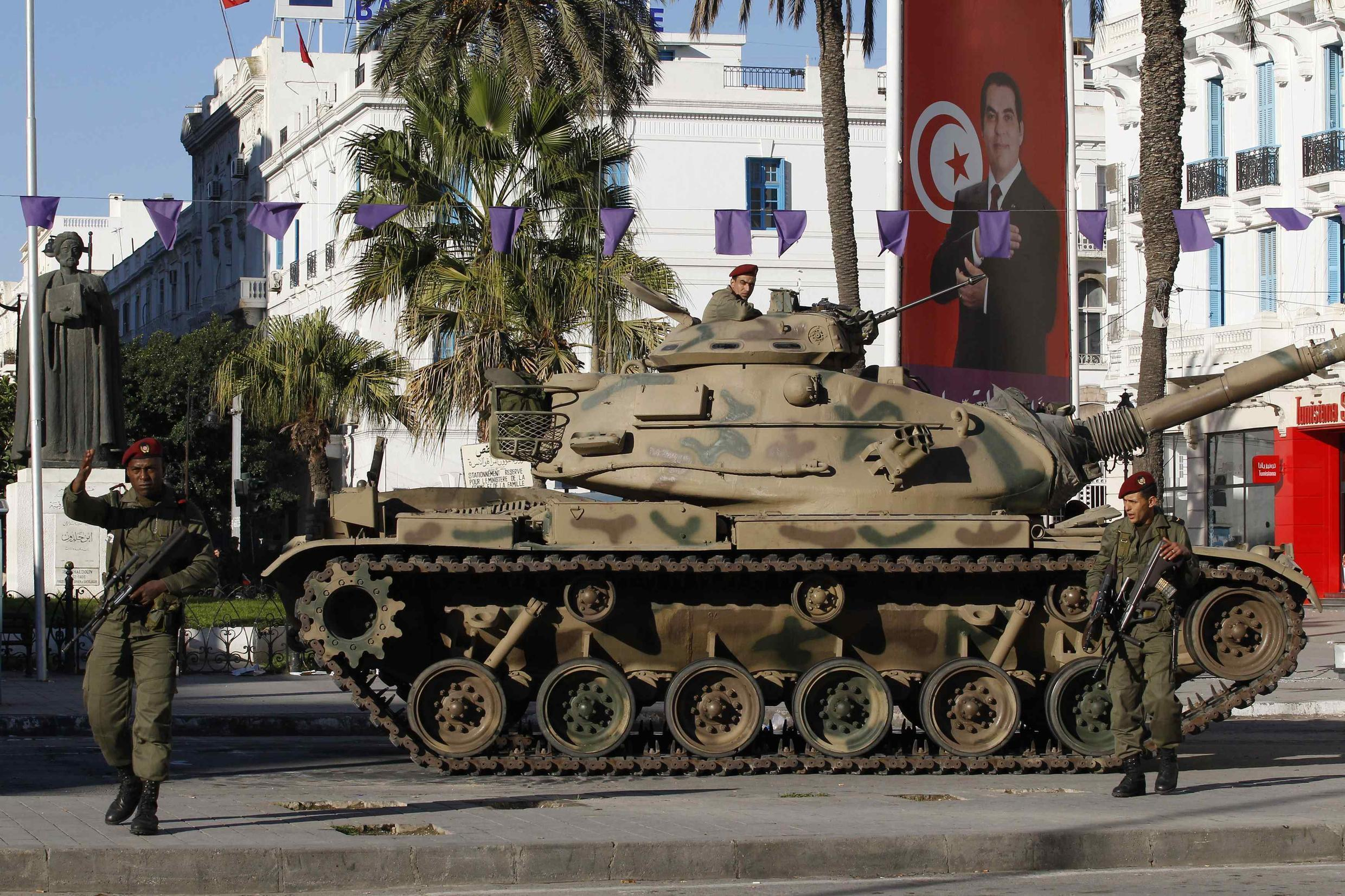 突尼斯内乱警民冲突首都街上坦克戒备2011-1-15