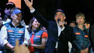 L'ancien président colombien Alvaro Uribe et son candidat à la prochaine présidentielle, Ivan Duque, le 4 mars 2018 à Bogota après leur victoire aux législatives.