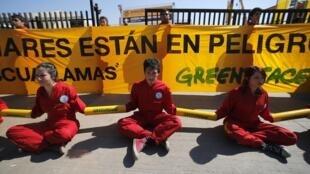 """Activistas de Greenpeace se manifiestan contra la feria minera Expomin 2014, en Santiago de Chile este 21 de abril: """"Los glaciares están en peligro""""."""