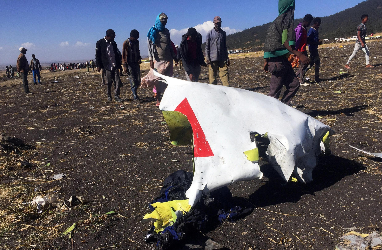 Les morceaux de l'avion d'Ethiopian Airlines jonchent les champs situés, non loin de la ville de Bishoftu, au sud-ouest d'Addis-Abeba, le 10 mars 2019.