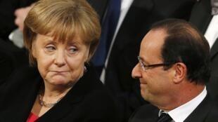 Merkel e Hollande flagrados na plateia do Instituto Nobel em sintonias diferentes, nesta segunda-feira, em Oslo..