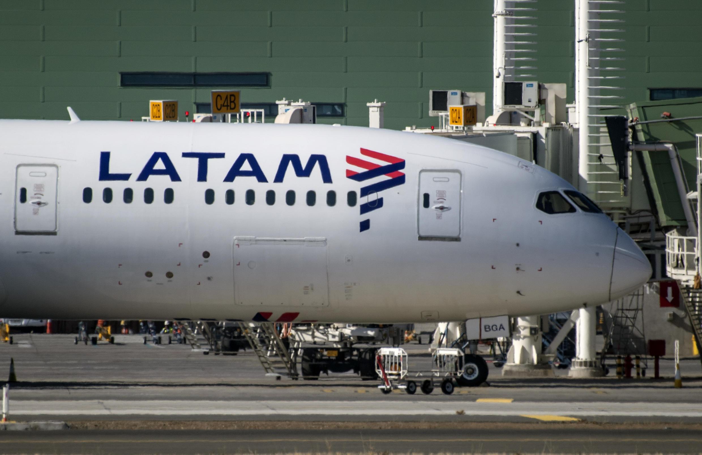 Um avião da Latam no del Aeroporto Internacional de Santiago, em 26 de maio de 2020